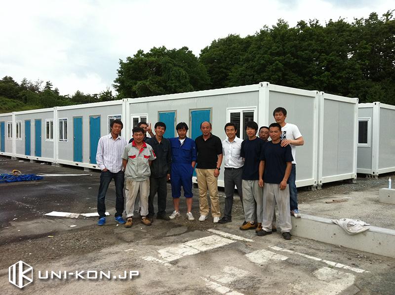 中国製組立式コンテナハウス・プレハブ日本施工現地施主側・派遣作業員一連記念写真