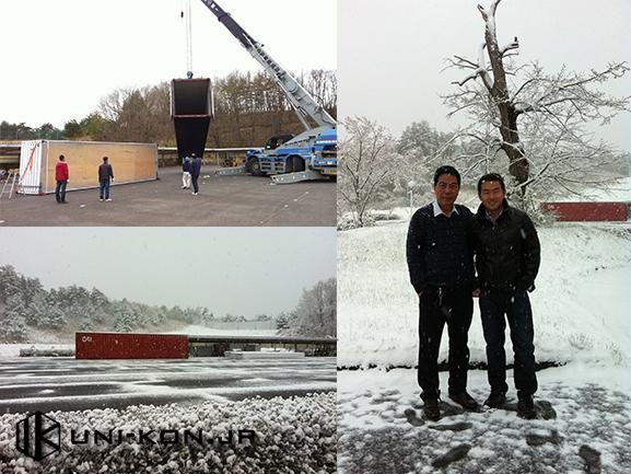 中国製組立式コンテナハウス 日本施工現場にて工場担当者との記念写真