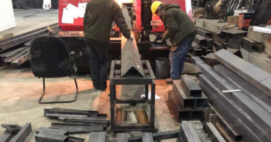 コンテナハウス生産方式プレカット方式材料切断中