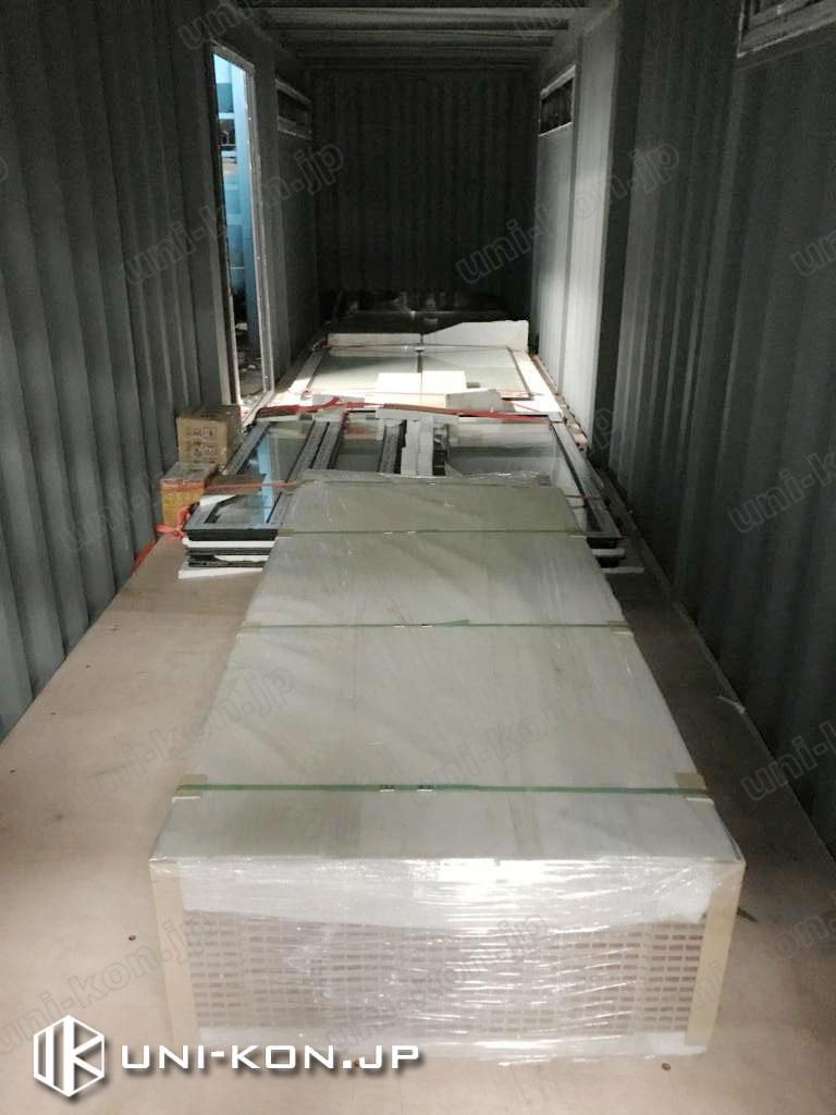 倉庫コンテナハウス内に同梱発送する部材類:手前はアウトデッキ部材