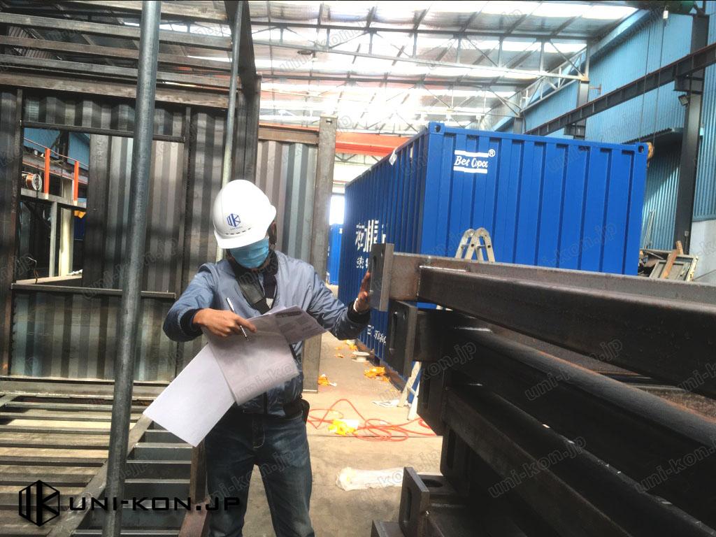 Uni-Konが工場内でコンテナハウス端部枠半完成品を検査しているところです