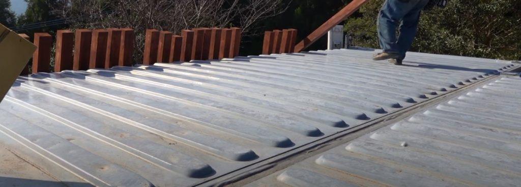 中古ISOコンテナハウスの屋根連結部、完全にシーラントに任せる雨仕舞